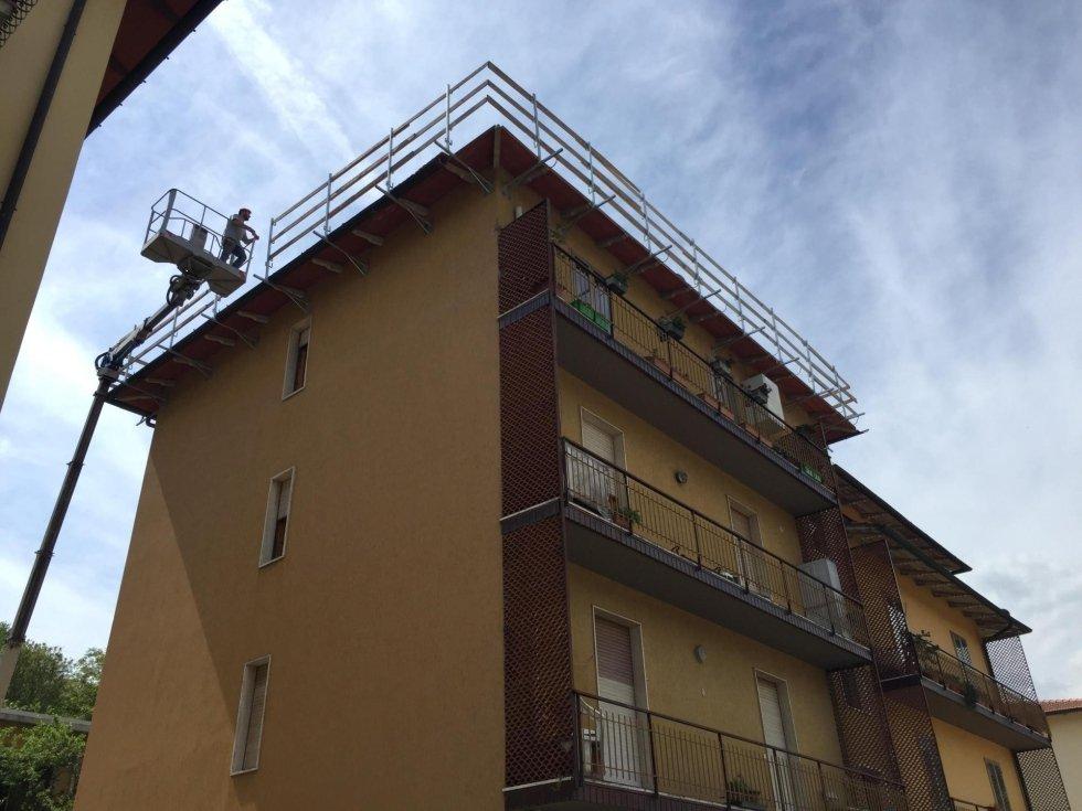 Rifacimento tetti con ausilio di piattaforma aerea
