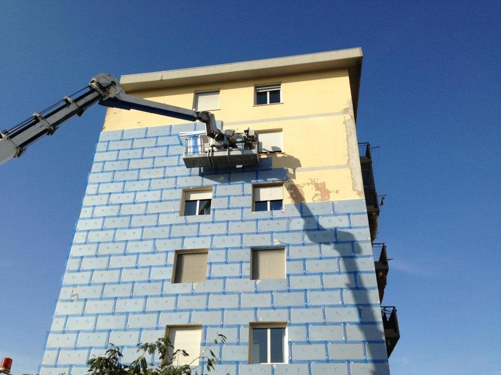 Installazione cappotto termico sulla facciata di un condominio