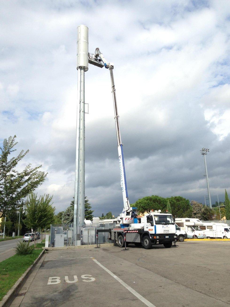 Piattaforma aerea in azione su antenna telefonica