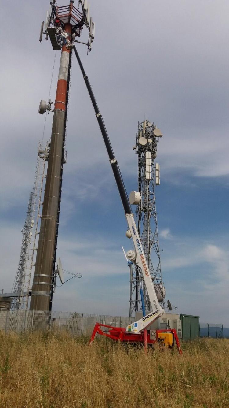 Piattaforma ragno in azione per intervento antenna telefonica