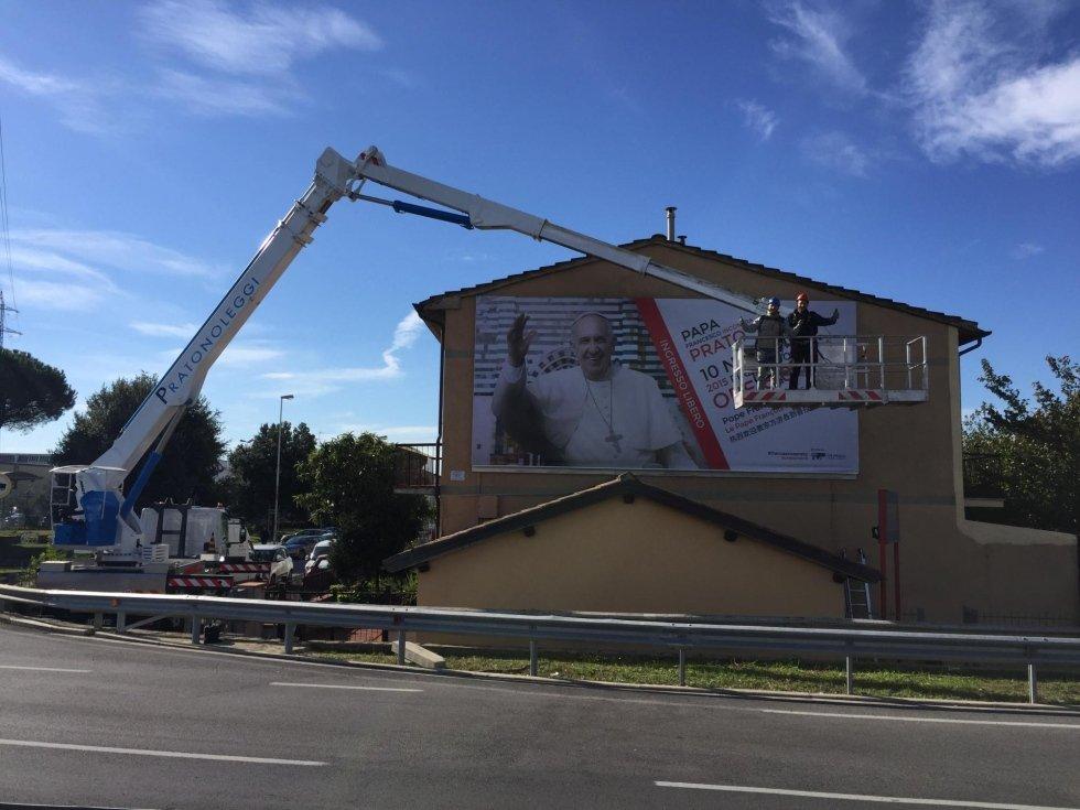 Allestimento pubblicitario in occasione della visita del Papa a Prato (novembre 2015)
