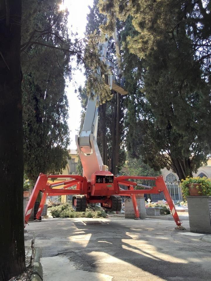 Piattaforma a ragno per intervento al cimitero