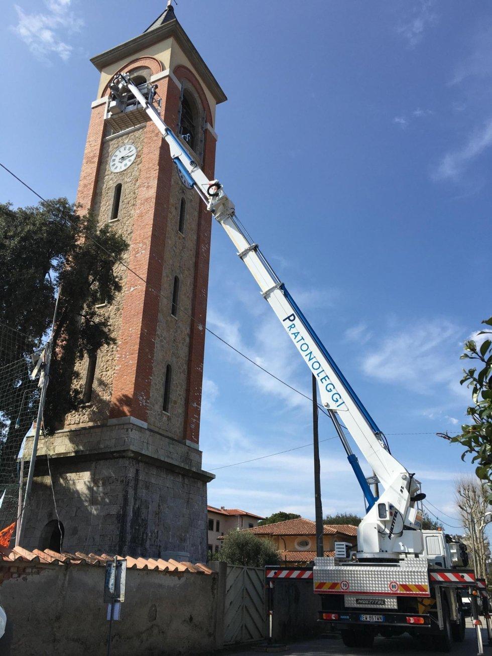 Intervento su campanile della chiesa di Marina di Pietrasanta con piattaforma di 32 metri