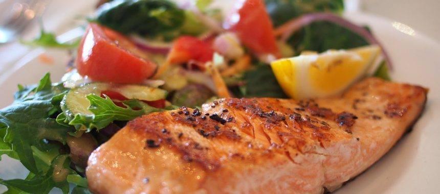 un trancio di salmone e delle verdure
