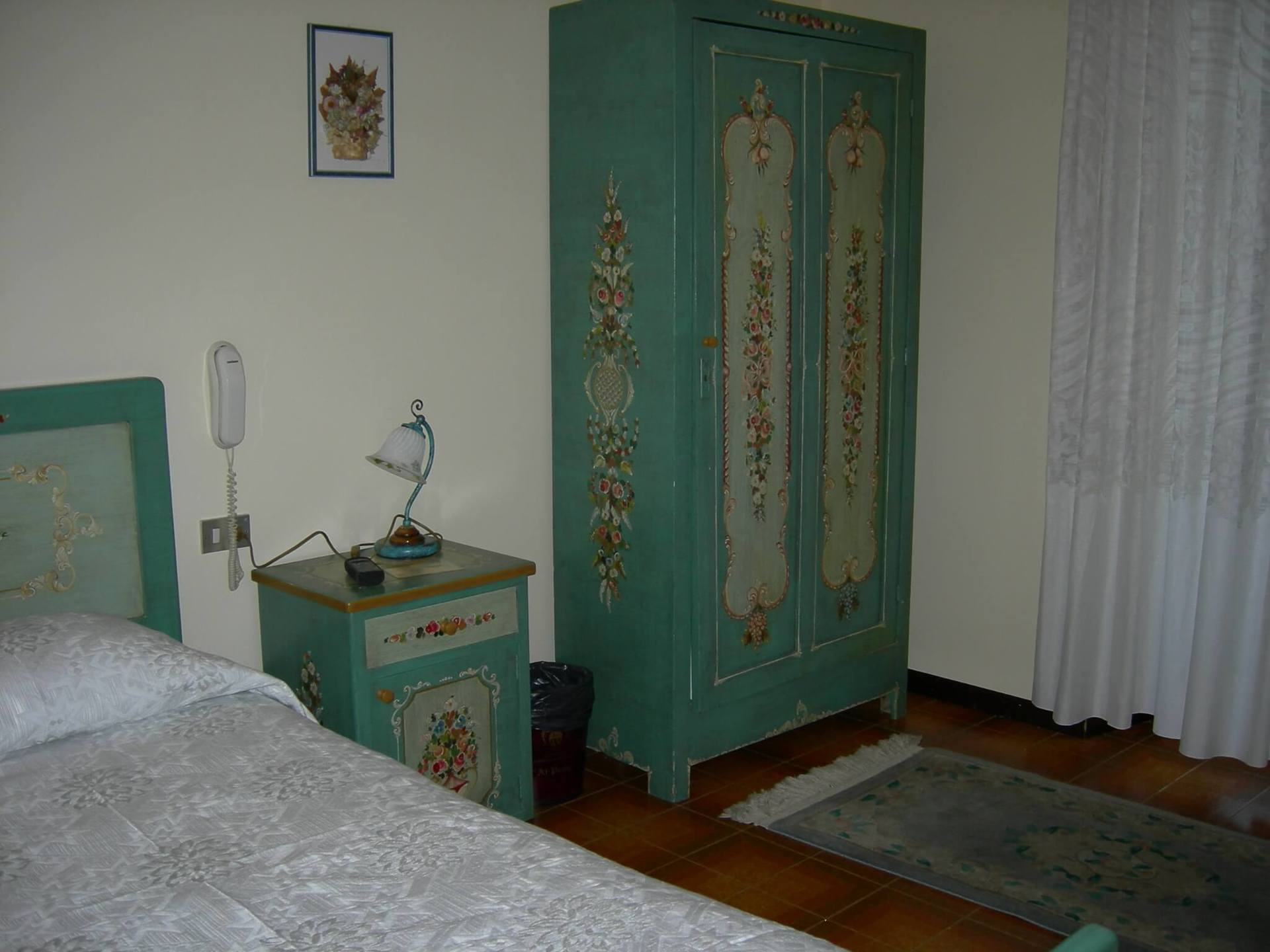 camera d'albergo con armadio verde