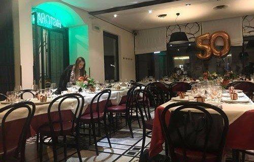 sala di un ristorante con tavoli apparecchiati