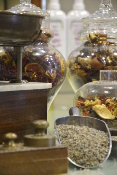 Erbe officinali e spezie in barattoli di vetro