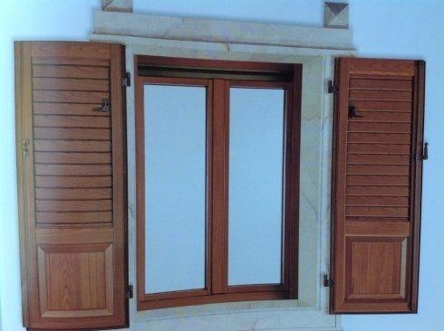una finestra con persiane in legno