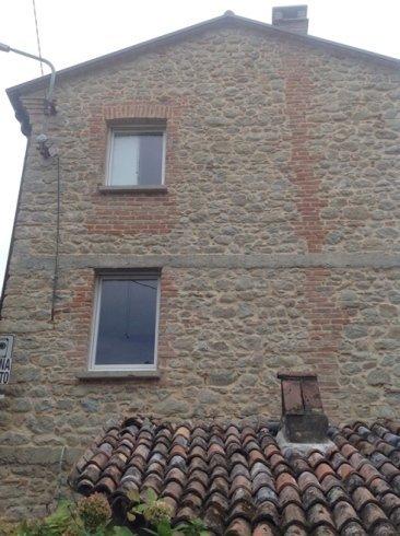 un edificio di pietra e mattoni rossi