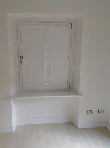 finestra in legno bianco