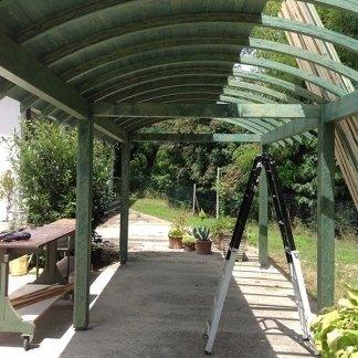 una copertura di color verde, una scala e vista di un giardino