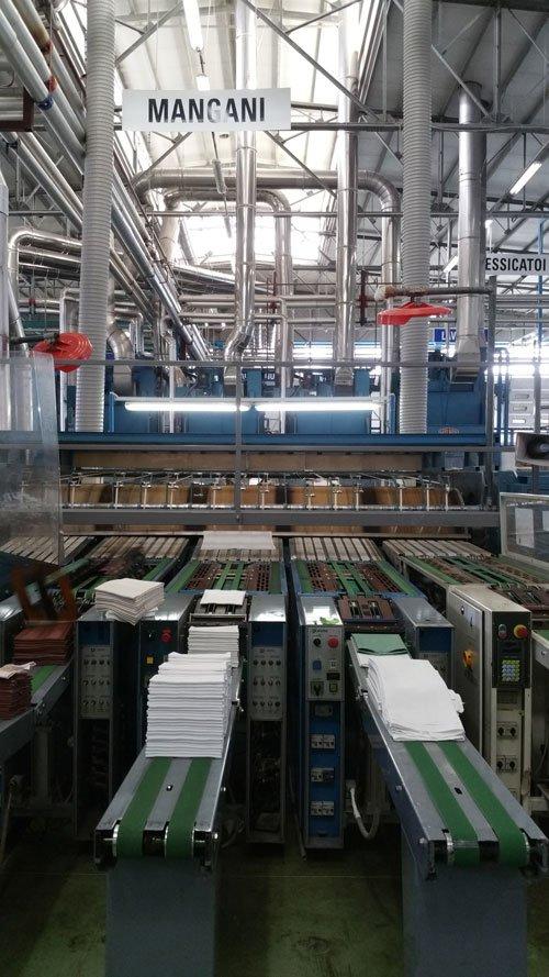 dei macchinari industriali e dei tessuti bianchi sui nastri