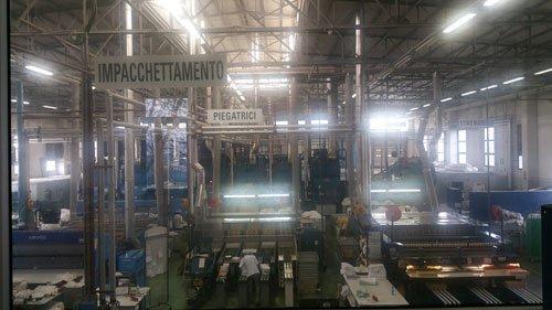all'interno di una fabbrica di tessuti con scritto Impacchettamento e piegatrice