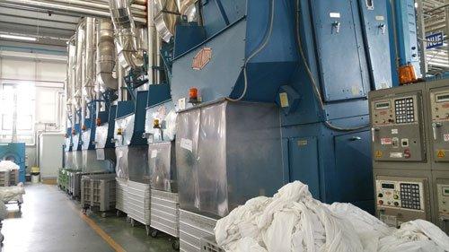 un insieme di macchinari in una lavanderia