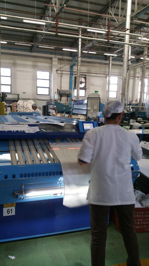 l'interno di una fabbrica di tessuti e degli impiegati mentre lavorano