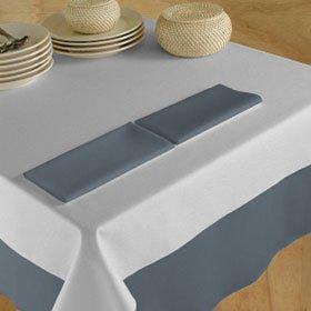 un tavolo con delle tovaglie bianche e grigie