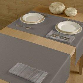 un tavolo con delle tovaglie e tovaglioli grigie