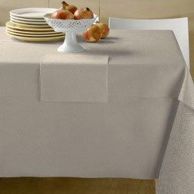 un tavolo con delle tovaglie bianche
