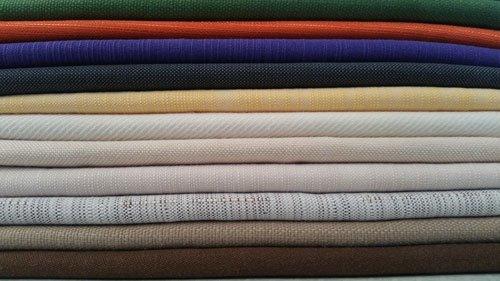 delle stoffe piegati di vari colori