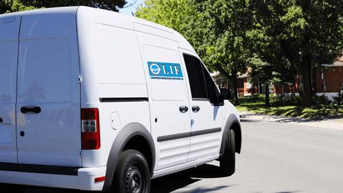 un camion bianco con scritto LIF