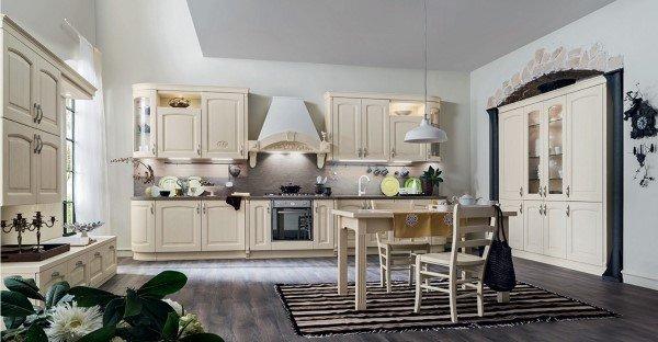 cucina classica con tavolo e sedie