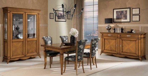 tavolo e sedie con inserti in stoffa fiorata