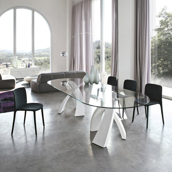 sala da pranzo con tavolo in vetro