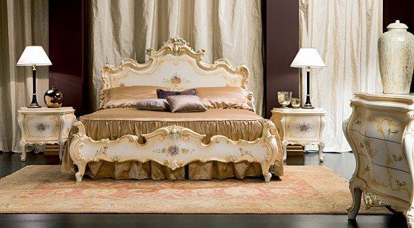 letto matrimoniale in stile classico con inserti oro e fiori