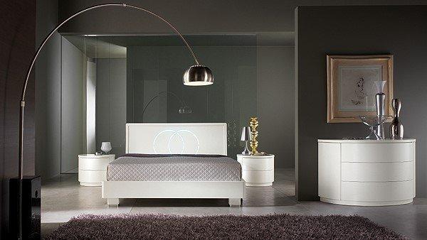 camera da letto moderna con lampada arco