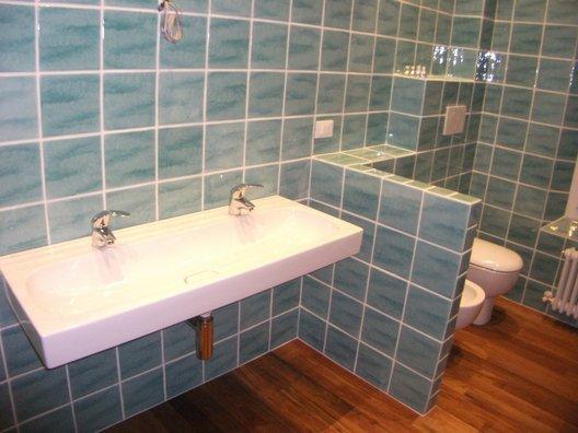 angolo di bagno con lavabo, wc e bidet