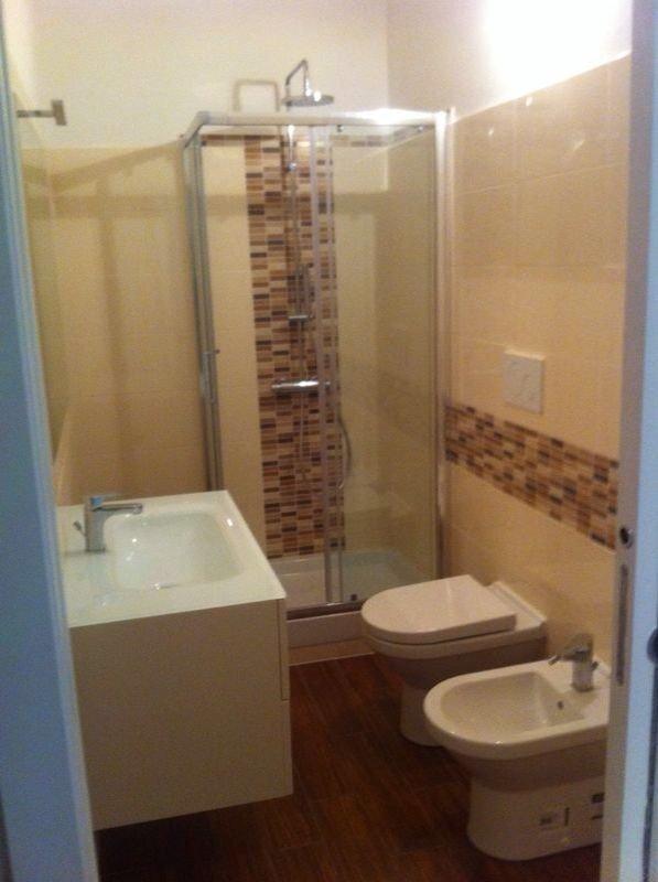 un bagno completo con doccia