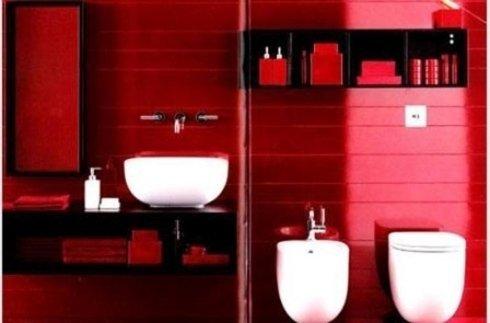 bagno con mattonelle rosse