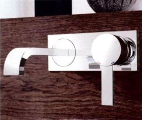 dettaglio di rubinetto in acciaio