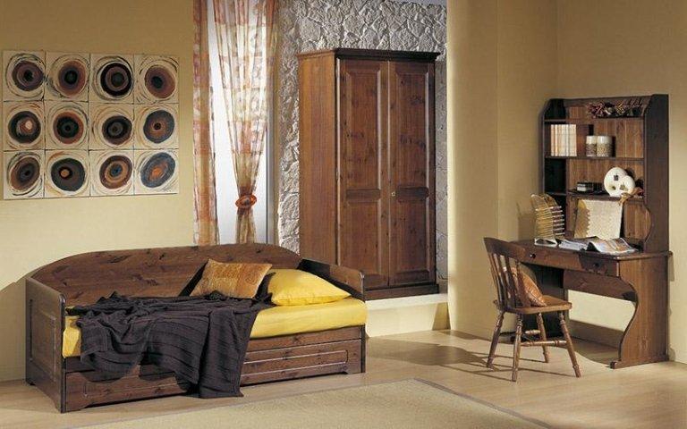 Camera pino con divano