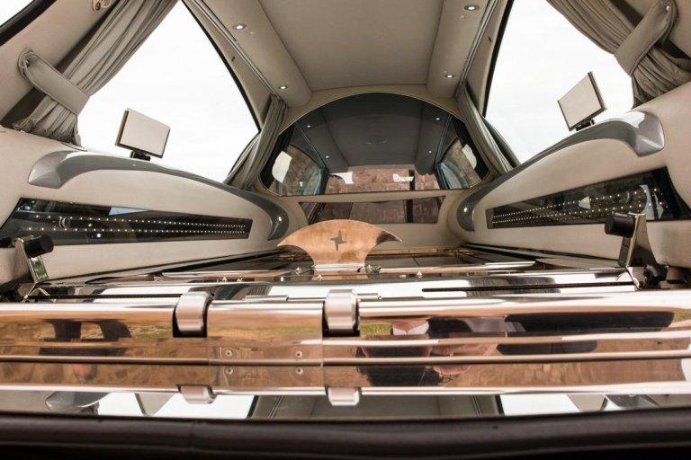 interno del carro funebre