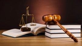 bilancia della giustizia martello e codici