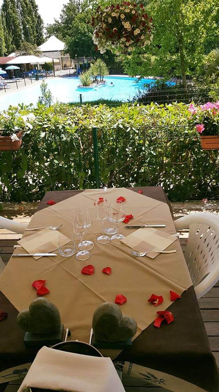 tavolo del ristorante apparecchiato in modo elegante