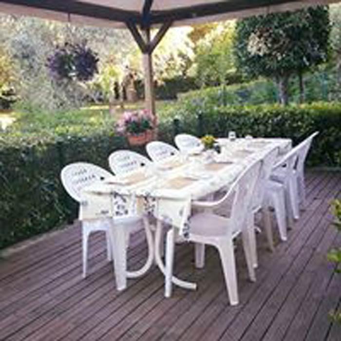 gazebo con un tavolo bianco e le sedie bianche