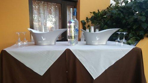 tavolo aparecchiato con vassoi e bottiglie di acqua in vetro
