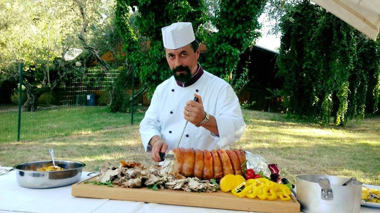 chef mentre esegue il taglio della porchetta tipica
