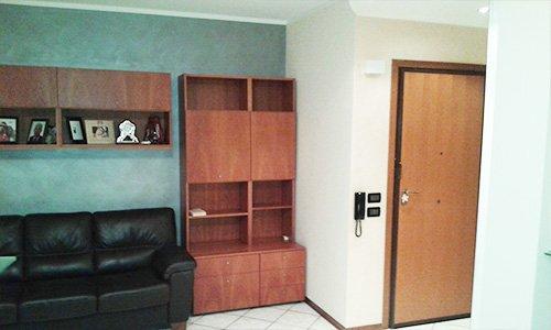 sala con pareti bianche e azzurre con divano e mobili