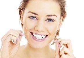 bella donna sorriso con denti bianchi sani