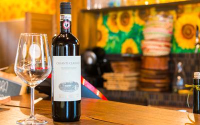Primo piano di una bottiglia di vino e un bicchiere