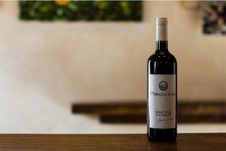 Primo piano di bottiglia di vino rosso con etichetta Miro Vino