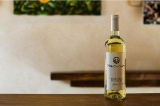 Primo piano di una bottiglia di vino bianco con etichetta Miro Vino