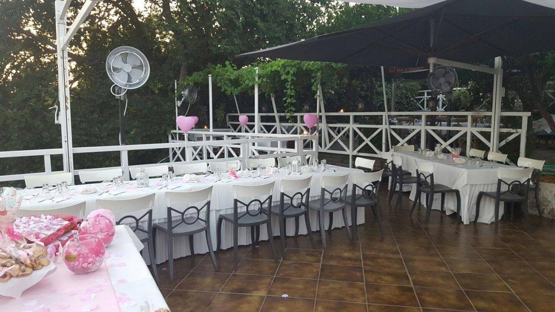 tavoli apparecchiati a festa