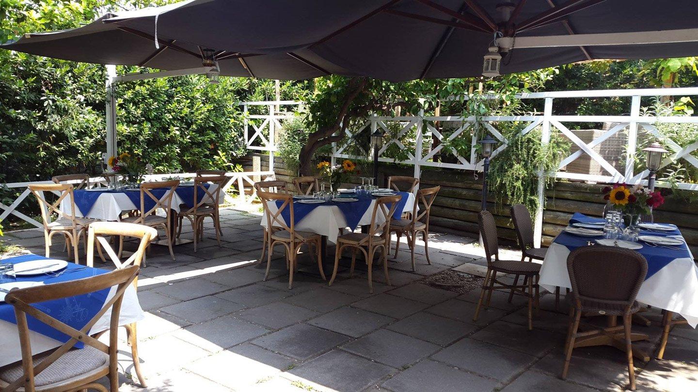 Esterno del ristorante pozzuoli con tavoli e gazebo