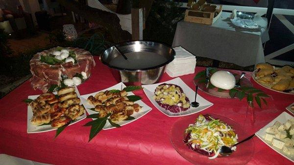 piatti sfiziosi su un tavolo rosso