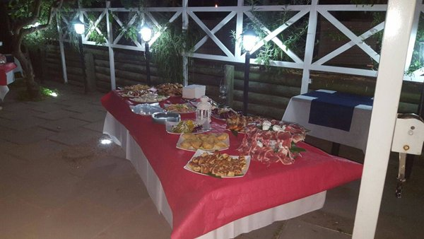 vista laterale di un tavolo con aperitivo