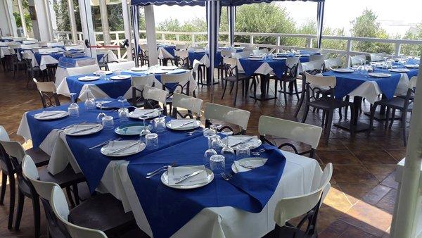 tavoli con tovaglia bianca e blu apparecchiati